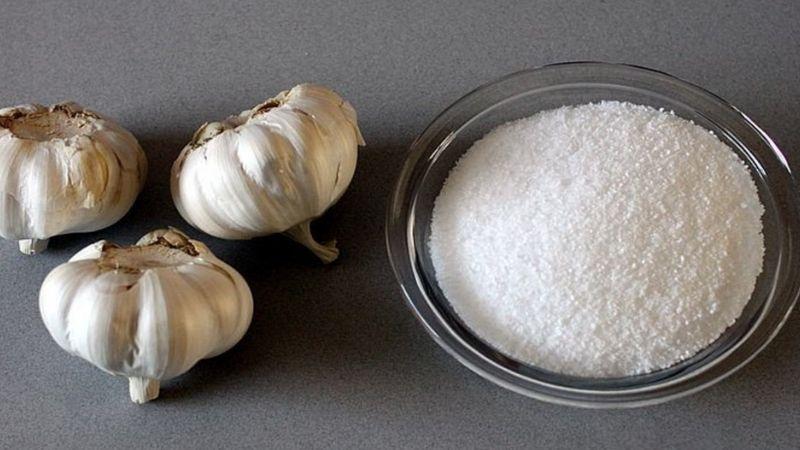 Tỏi và muối là hai nguyên liệu chữa sâu răng tuyệt vời