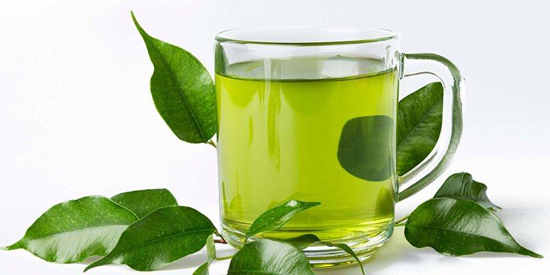 Súc miệng nước trà xanh giúp làm sạch khoang miệng và có hơi thở thơm tho hơn