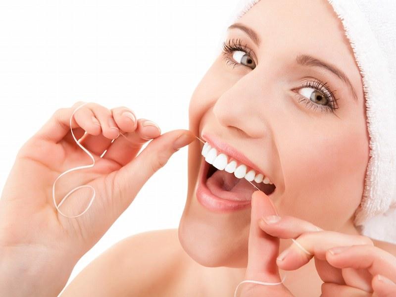 Nên dùng chỉ nha khoa để làm sạch mảng bám trong chân răng