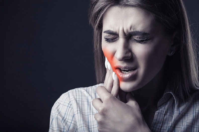 Sâu răng có mủ giai đoạn đầu rất khó phát hiện vì không có nhiều triệu chứng điển hình