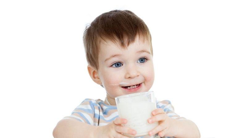 Trẻ nhỏ uống sữa trước khi đi đi ngủ nhưng không được vệ sinh lại răng miệng