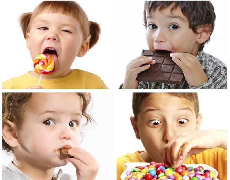 Bé thường xuyên ăn quá nhiều đồ ngọt là nguyên nhân gây sâu răng