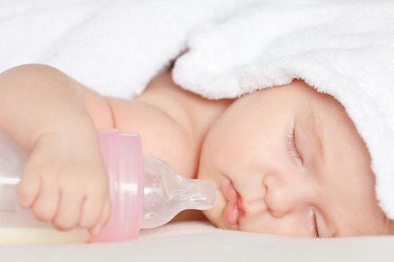 Trẻ hay bú bình ban đêm rất hay gặp phải tình trạng bệnh này