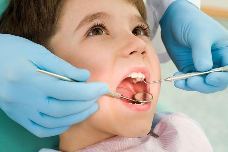 Thăm khám là bước cần thiết để điều trị sâu răng trẻ em