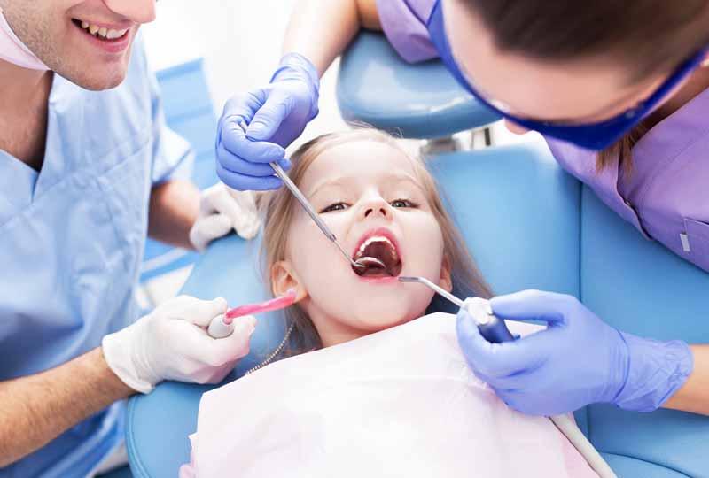 Trám răng giúp bảo tồn phần răng sữa còn lại của trẻ
