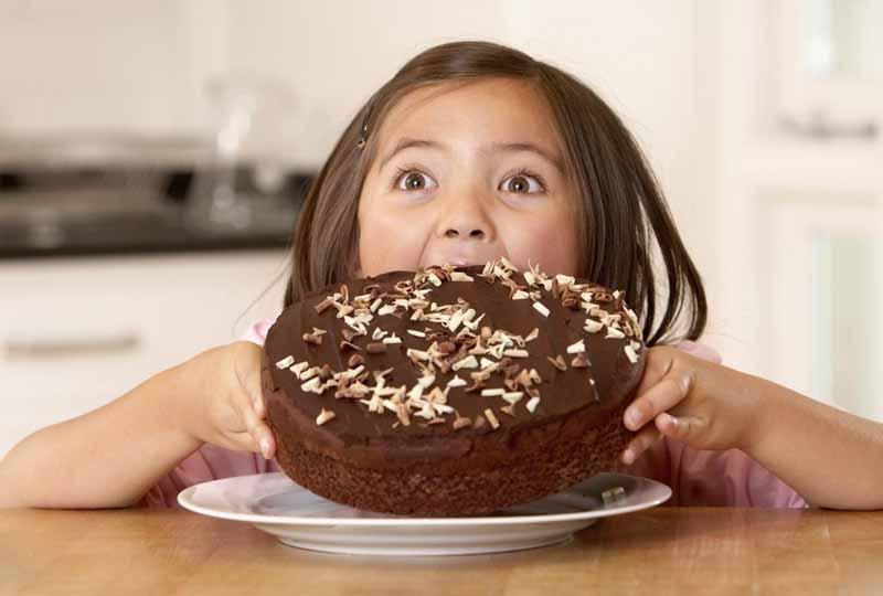 Trẻ ăn quá nhiều đồ ngọt sẽ dễ bị sún răng