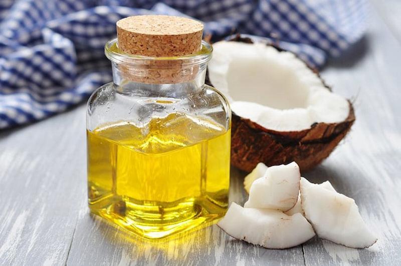 Có thể trị sâu răng bằng cách sử dụng tinh dầu dừa để súc miệng