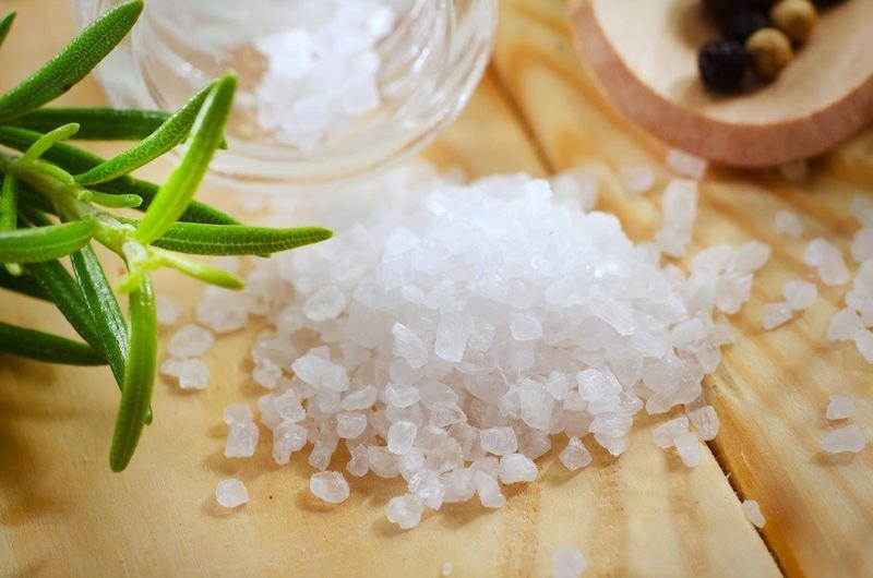 Muối là nguyên liệu có tác dụng kháng khuẩn, chống viêm hiệu quả