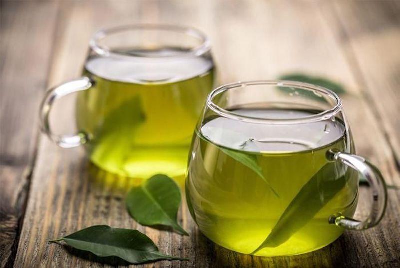 Lá chè xanh giúp diệt khuẩn, tiêu viêm và giảm sưng nướu cấp tốc, an toàn