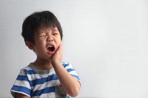 Trẻ bị áp xe răng không chỉ đau đớn khó chịu mà có thể gặp biến chứng nguy hiểm