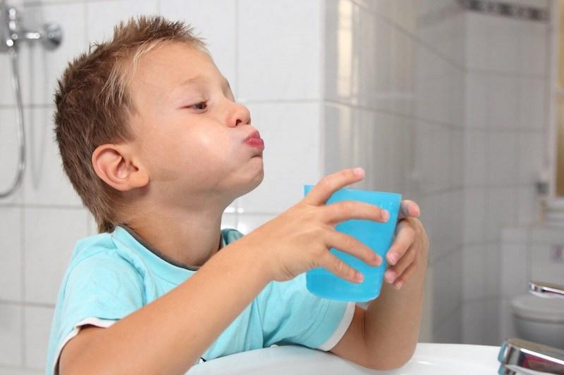 Súc miệng nước muối mỗi ngày có tác dụng giảm triệu chứng bệnh hiệu quả
