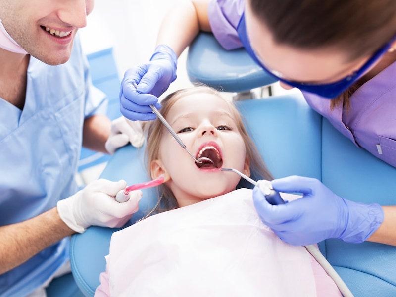 Thường xuyên kiểm tra răng miệng và lấy cao răng để loại bỏ vi khuẩn gây bệnh