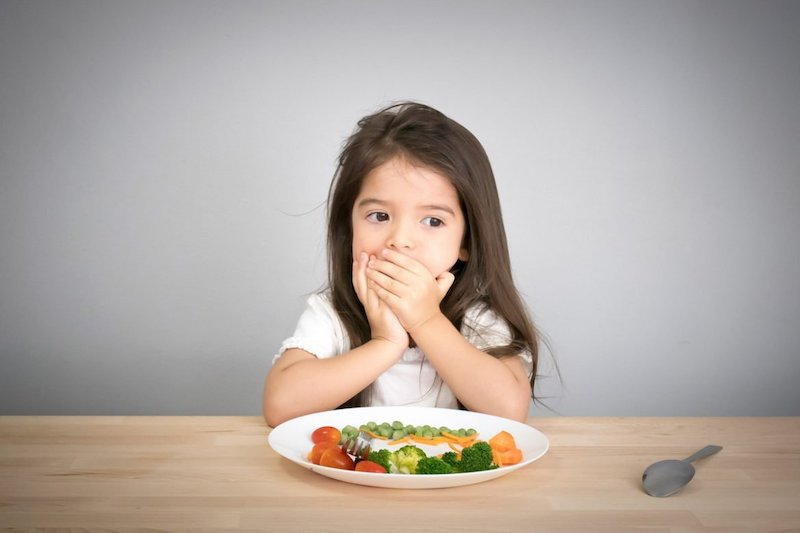 Răng bị mủn và tiêu biến khiến cho trẻ gặp khó khăn trong việc ăn uống