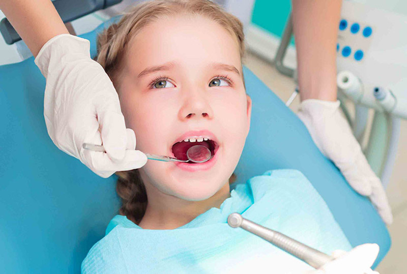Tây y điều trị sún răng bằng thuốc uống hoặc tiểu phẫu nha khoa