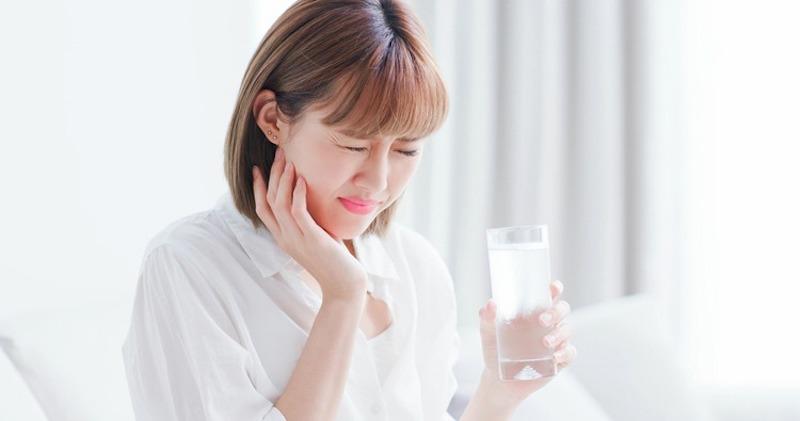 Tình trạng xảy ra do nền răng bị yếu và trở nên nhạy cảm hơn trước