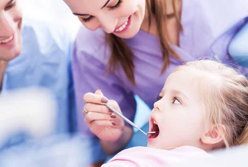 Khi trẻ có dấu hiệu lưỡi bị viêm nhiễm hãy đưa trẻ đến gặp bác sĩ nha khoa