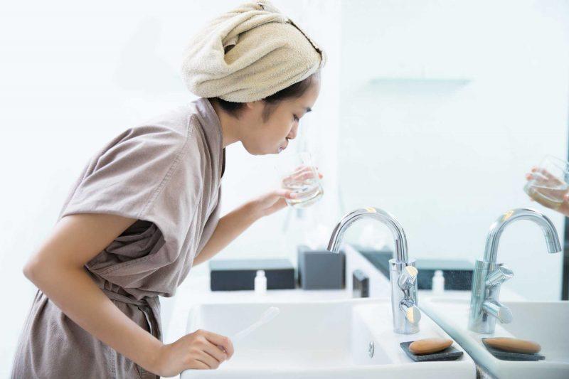 Hãy sử dụng nước muối sinh lý để vệ sinh răng miệng hàng ngày