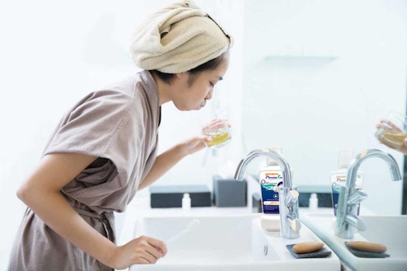 Súc miệng nước muối có thể giảm triệu chứng áp xe răng ngay tại nhà