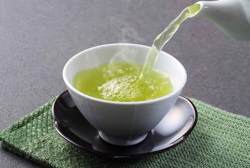 Súc miệng bằng nước trà xanh là cách chữa ê buốt răng sau khi trám hiệu quả