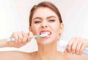 Chải răng đúng cách giúp giảm ê buốt răng rất tốt