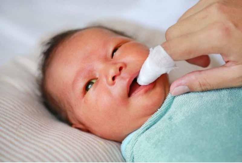 Rơ lưỡi cho trẻ nhỏ ba mẹ cần chú ý thực hiện thao tác cẩn thận