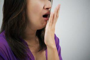 Người bệnh có thể tự dùng tay để kiểm tra hơi thở của mình