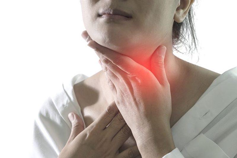 Trào ngược dạ dày thực quản sẽ khiến thức ăn kèm axit đẩy lên họng, gây mùi hôi khó chịu