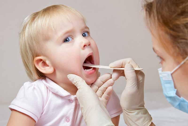 Nên cho trẻ đến gặp bác sĩ để quá trình nhổ răng sữa đảm bảo an toàn