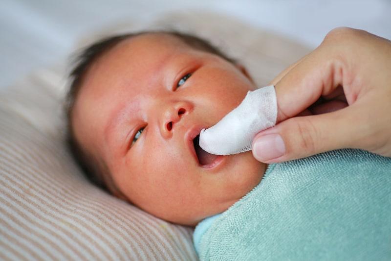 Mát xa nướu là một mẹo cho bé chậm mọc răng đơn giản nhưng mang lại hiệu quả cao