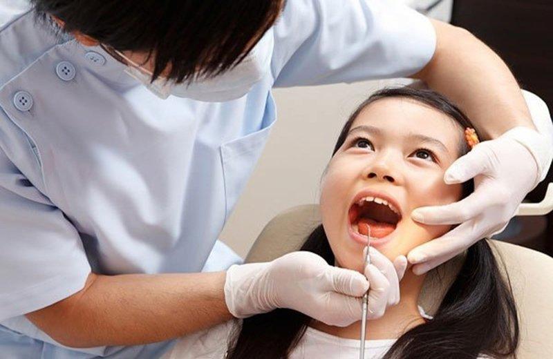 Bệnh nhân nên đến cơ sở nha khoa để được thăm khám và tư vấn điều trị
