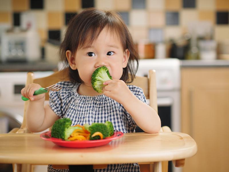 Cho trẻ ăn nhiều rau xanh giúp bệnh nhanh khỏi hơn