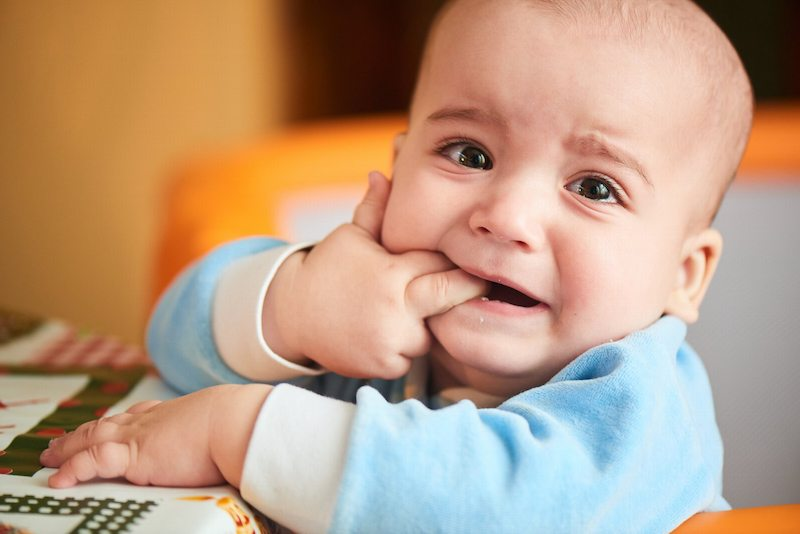 Thói quen mút tay ảnh hưởng rất lớn đến thời gian mọc răng vĩnh viễn ở trẻ nhỏ