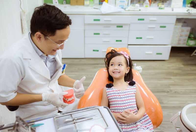 Nên cho trẻ tới các cơ sở nha khoa uy tín để nhổ răng sữa