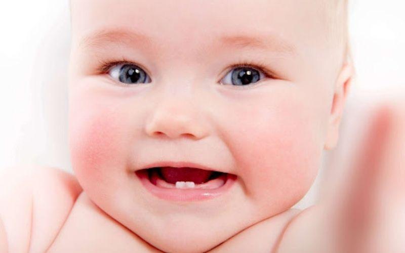 Răng sữa mọc lệch không quá nguy hiểm, bố mẹ không cần quá lo lắng