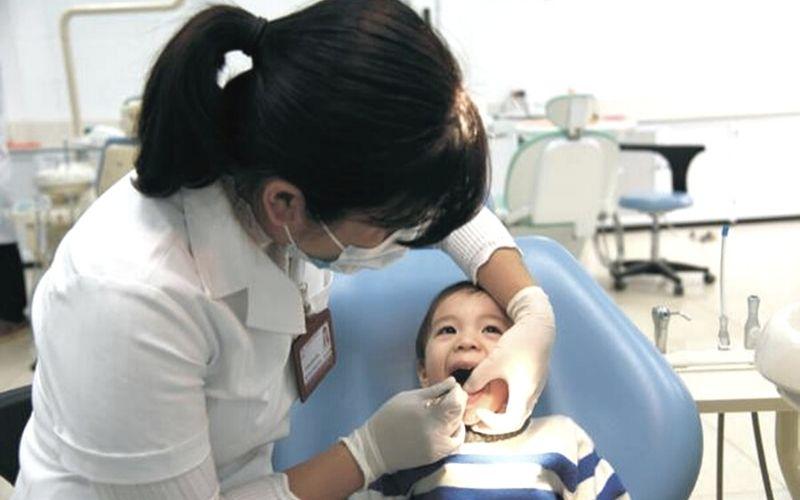 Nếu muốn nhổ răng sữa mọc lệch, bố mẹ nên đưa con đến phòng khám nha khoa