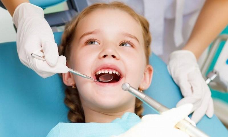 Nhổ răng được áp dụng khi răng vĩnh viễn mọc lên mà răng sữa chưa rụng