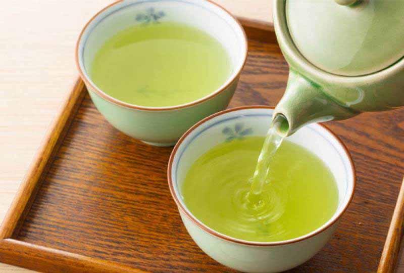 Nước trà xanh không chỉ làm sạch lưỡi mà còn giúp tiêu diệt vi khuẩn gây hại trong khoang miệng hiệu hả