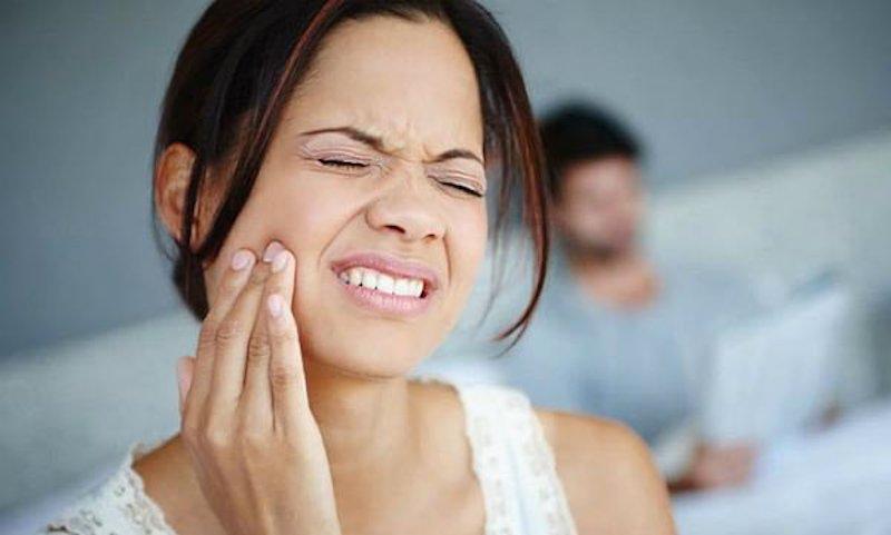 Răng số 5 sau khi nhổ sẽ hình thành lỗ hổng, thức ăn dễ ứ đọng gây viêm nhiễm