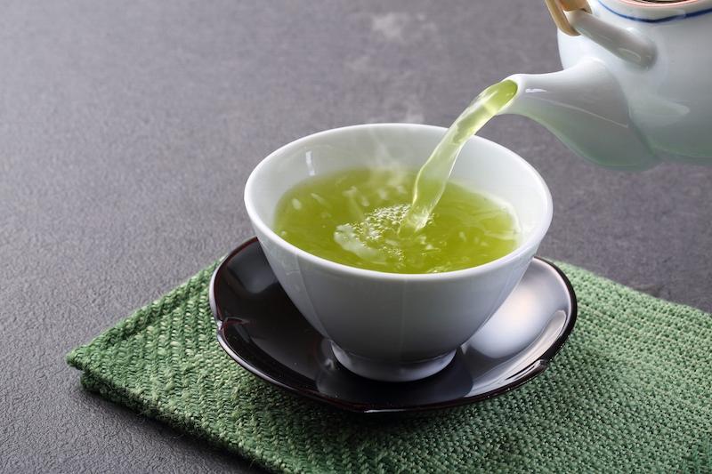 Các thành phần có trong lá trà xanh giúp giảm nhanh triệu chứng răng ê buốt sau tẩy trắng