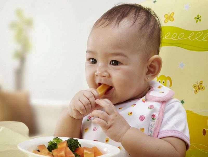 Cho trẻ ăn dặm là cách bổ sung chất dinh dưỡng và kích thích răng mọc hiệu quả