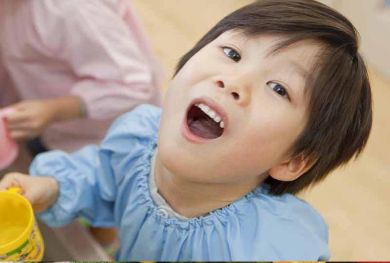Cho trẻ súc miệng sau mỗi bữa ăn giúp răng chắc khỏe