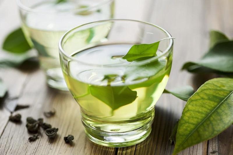 Nước lá trà xanh có công dụng cực kỳ tốt trong việc điều trị tưa lưỡi cho bé tại nhà