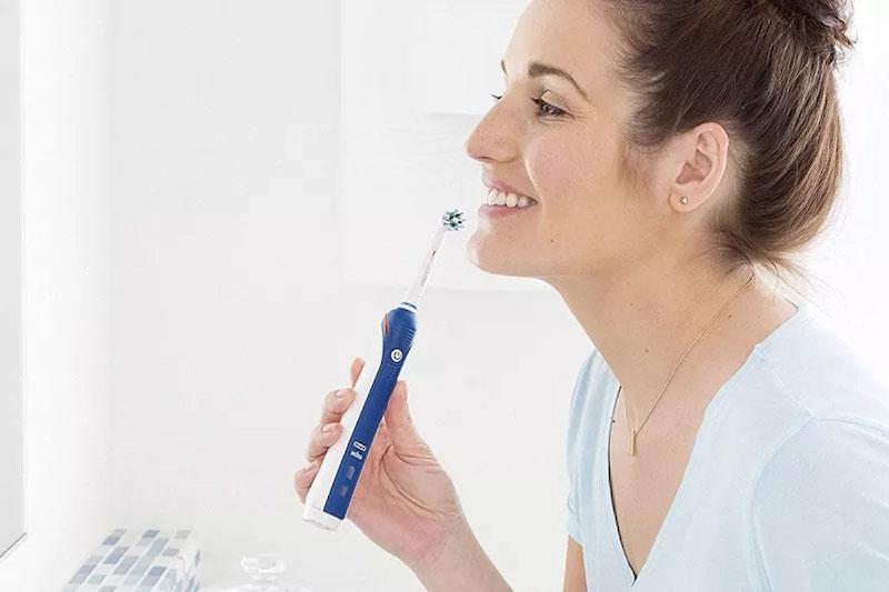 Vệ sinh răng miệng đều đặn để phòng ngừa viêm nha chu mãn tính