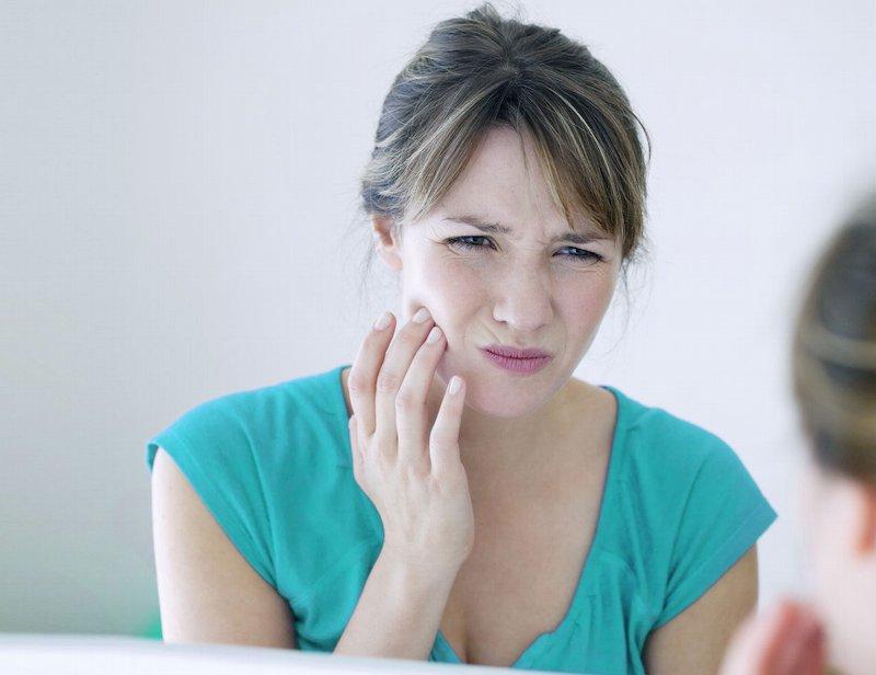 Đau nhức là dấu hệu thường gặp nhất khi bị viêm nướu