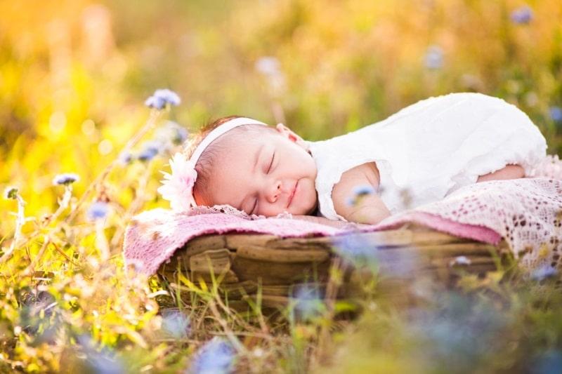 Trẻ cần được bổ sung song song vitamin D bằng cách phơi nắng