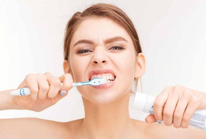 Giữ cho răng miệng luôn sạch sẽ để giúp ngăn ngừa vi khuẩn viêm lưỡi bản đồ tấn công gây bệnh