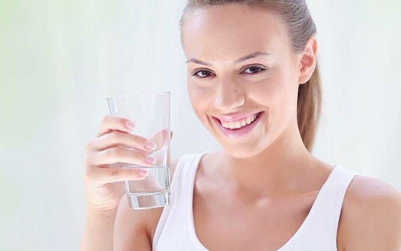 Dùng nước muối pha thật loãng là một cách chữa viêm nha chu tại nhà rất đơn giản mà hiệu quả