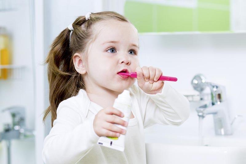 Hướng dẫn bé vệ sinh khoang miệng đúng cách mỗi ngày để loại bỏ vi khuẩn