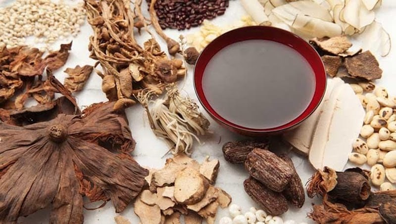 Dùng các bài thuốc Đông y kết hợp thảo dược tự nhiên, gia giảm tùy theo cơ địa từng người bệnh