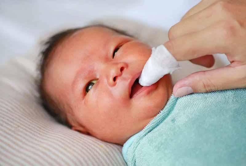 Trong quá trình rơ lưỡi cho bé mẹ cần chú ý thực hiện cẩn thận